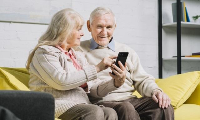pareja mayor usando un smartphone