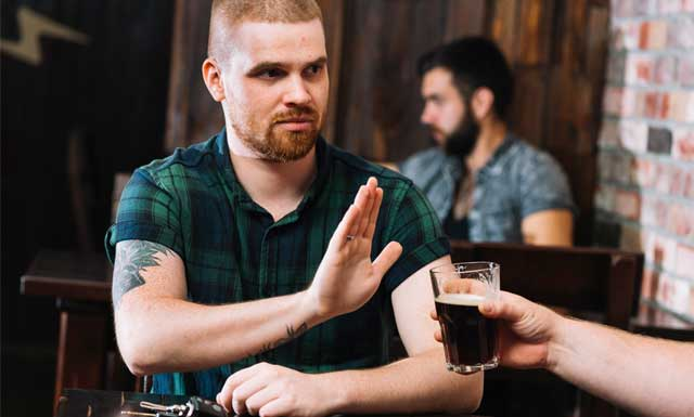 hombre-rechaza-alcohol