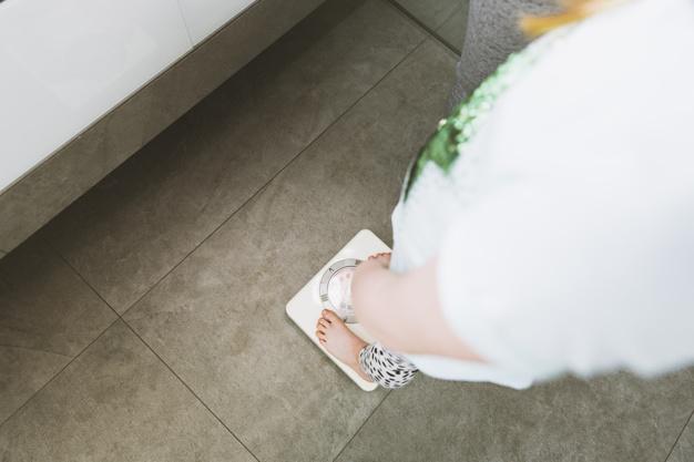 niño midiendo su peso