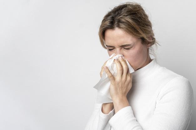 Mujer con gripe.