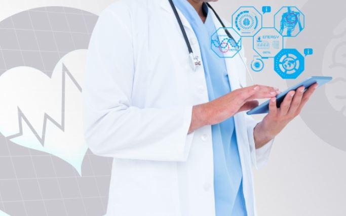 Médico consultando una tablet