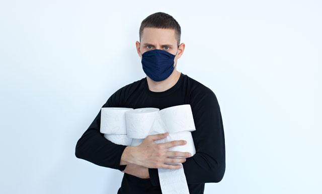 Hombre con mascarilla y papel higiénico