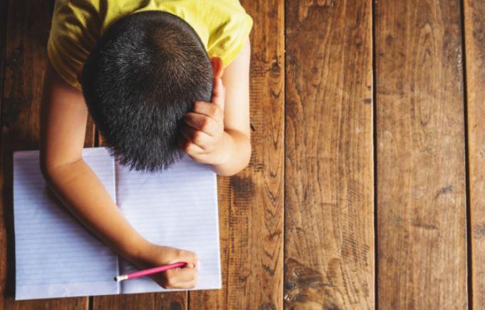 Niño con dislexia
