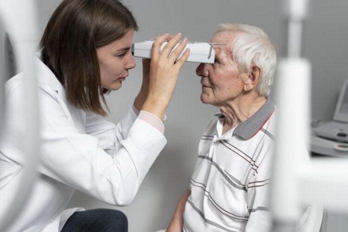 Oftalmóloga con paciente con glaucoma